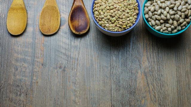 legumbres y cucharas de madera