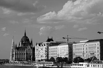 Fototapeta Czarno-biały widok na parlament w Budapeszcie i zachmurzone niebo z rzeki Dunaj  obraz