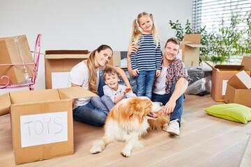 Familie mit Kinder und Hund beim Umzug