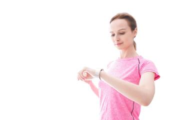 スマートウォッチを確認するスポーツウェアを着た若い女性
