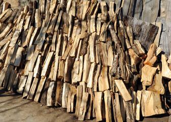 leña cortada y almacenada para el invierno en una casa en Laza, ciudad de la provincia de Ourense, Galicia, España