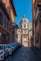 Fototapeta rzymskie klimaty - wąskie uliczki, kościoły i katedry, słońce i brukowane drogi obraz