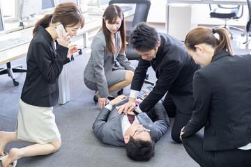会社で倒れるビジネスマン