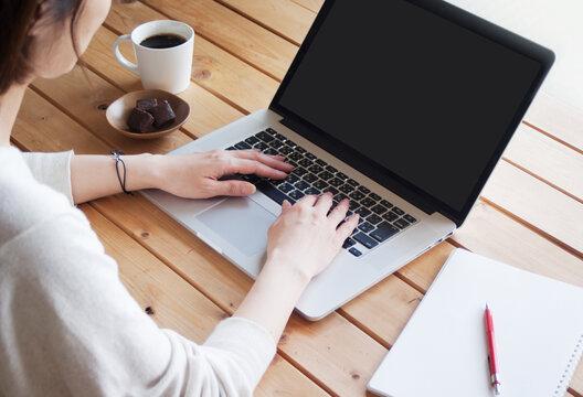 ノートパソコン ラップトップパソコンを操作する女性