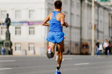 Fotomurales - back athlete runner run race in street of city