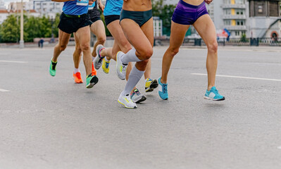 Fotomurales - legs runners athletes women and men run city marathon