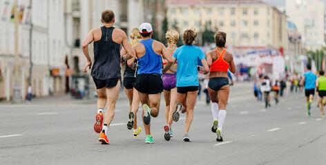 Fotomurales - back runners men and women run street city race