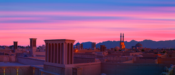 Fototapeten Hochrote Historic City of Yazd with famous wind towers at red sunset- YAZD, IRAN