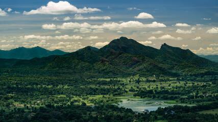 vue panoramique prise depuis le haut du rocher de la dent du lion au sri lanka