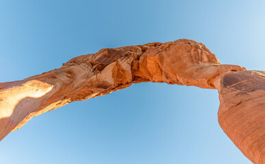 Upward skyward view of Delicate Arch, Arches National Park, Utah Fotobehang