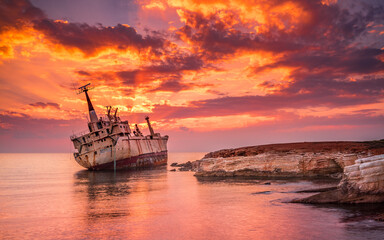 Photo sur Plexiglas Naufrage ship wreck sunset