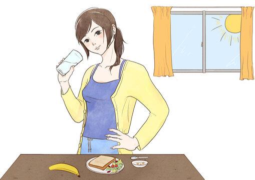 朝食時飲み物を飲む女性