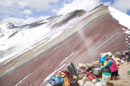 Ilha do arco Ires no Perú. Cozinha tradicional Inca (Perú) no topo da montanha. Rainbow mountain. Vinicunca, ou Winikunka,