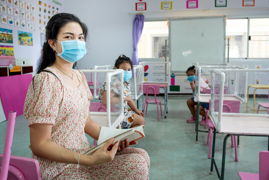 Social distancing In classrooms and schools that are about to open during a viral epidemic Corona or Covid-19 There are plastic sheets between students studying together.