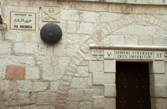 Jerusalem, Altstadt, Station an der Via Dolorosa: Simon von Cyrene wird das Kreuz auferlegt