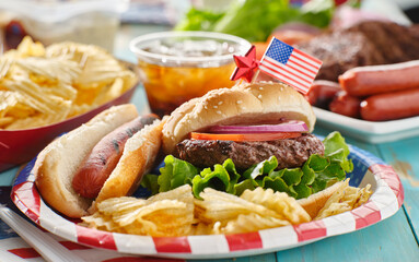 Photo sur Aluminium Inde 4th of july meal with hamburger and hot dog