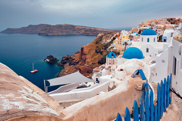 Foto auf AluDibond Santorini Famous greek iconic selfie spot tourist destination Oia village with traditional white houses and church in Santorini island on sunset in twilight, Greece