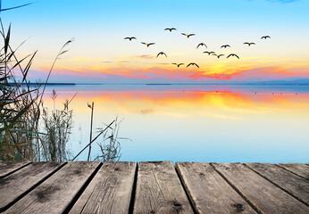 dulce atardecer en el lago calmado