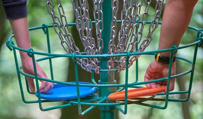 Fototapeta Hands in the disc golf basket obraz