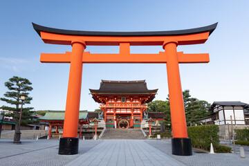 伏見稲荷大社 二番鳥居と桜門 -全国に約3万社ある稲荷神社の総本宮-