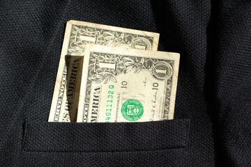 Apenas dois dólares no bolso do terno preto