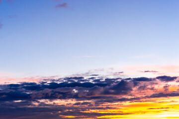 Schöner Wolkenhimmel am Abend, Naturschauspiel
