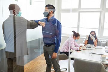 Zwei Business Leute begrüßen sich mit dem Ellbogen