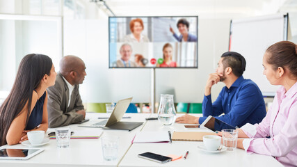 Fototapeta Videokonferenz auf Monitor bei Business Meeting obraz