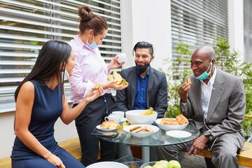 Business Team beim Essen in einer Mittagspause