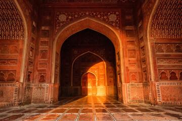 Photo sur Aluminium Rouge mauve Beautiful light inside of the mosque, Near Taj mahal, Agra, Uttar Pradesh, India