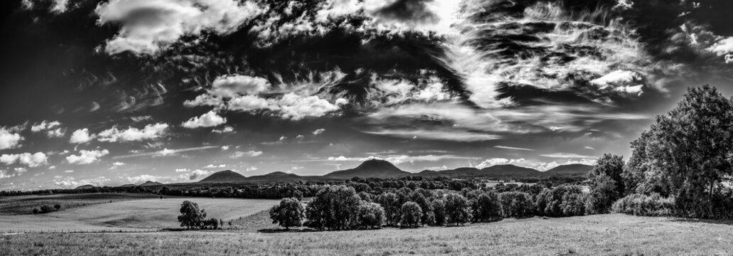 vue panoramique sur le chaine des puys en Auvergne