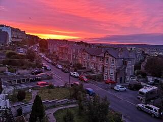 Obraz czerwony wschód słońca ponad miastem w zołudniowej Anglii - fototapety do salonu