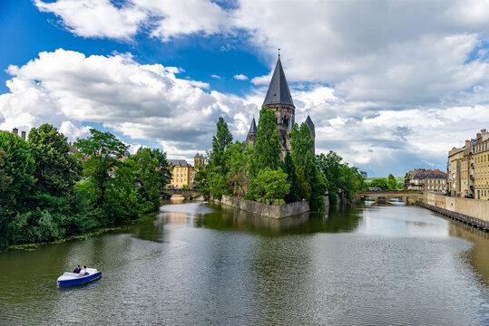 Le Temple neuf ou Nouveau Temple protestant à Metz avec un bateau sur le fleuve