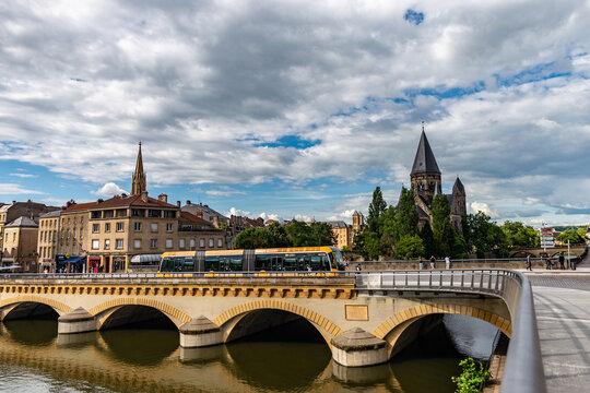 Vue sur le pont Moyen de Metz avec un bus passant sur le pont