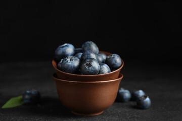 Fototapete - Fresh ripe blueberries in bowl on dark table
