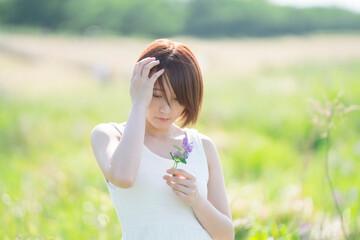 春の女性 花を持つ