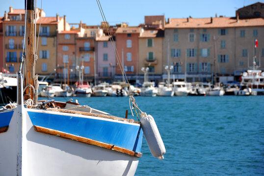 Hölzernes Fischerboot im Vordergrund vor Saint-Tropez