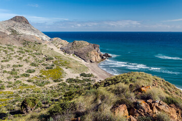 Vista de la playa del Barronal desde lo alto de la colina, en Parque Natural de Cabo de Gata-Nijar, provincia de Almería, Andalucía, España