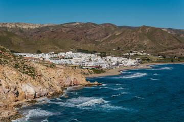 Vista del pueblo pesquero de Las Negras desde las colinas, en el Parque Natural de Cabo de Gata-Níjar, provincia de Almería, Andalucía, España