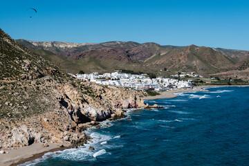 Vista del paisaje costero de Las Negras en el Parque Natural de Cabo de Gata-Níjar, provincia de Almería, Andalucía, España