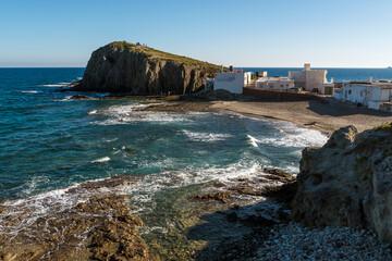 Vista de la playa de La Isleta del Moro desde el mirador, en el Parque Natural de Cabo de Gata-Níjar, provincia de Almería, Andalucía, España