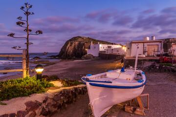 Barco de pesca tradicional en la playa de La Isleta del Moro, en el Parque Natural de Cabo de Gata-Níjar, provincia de Almería, Andalucía, España