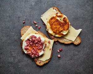 Käsebrot mit Egg Muffin und Speck