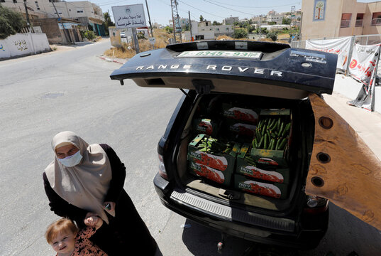 Palestinian farmer rides creative marketing to overcome coronavirus lockdown