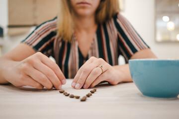 chica feliz en cafeteria moderna escribiendo con semillas de café