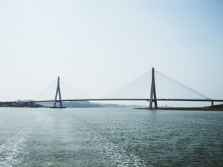 Fotomurales - Suspension Bridge Over Sea Against Clear Sky