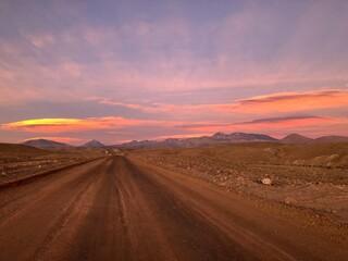 Photo sur Plexiglas Amérique du Sud Road Amidst Desert Against Sky During Sunset
