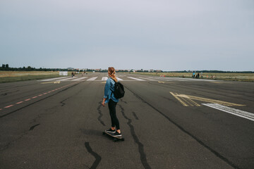 Fotomurales - Side View Of Woman Skateboarding On Road