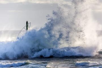 vagues venant exploser sur la jetée du port de Saint-Gilles-les-Bains, Réunion