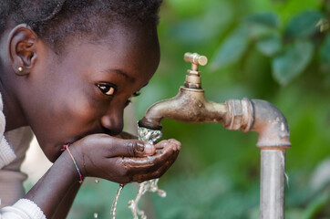 Fototapeta Close-up Of Girl Drinking Water From Faucet obraz